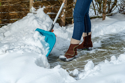 schneeschaufel-einfahrt-räumen